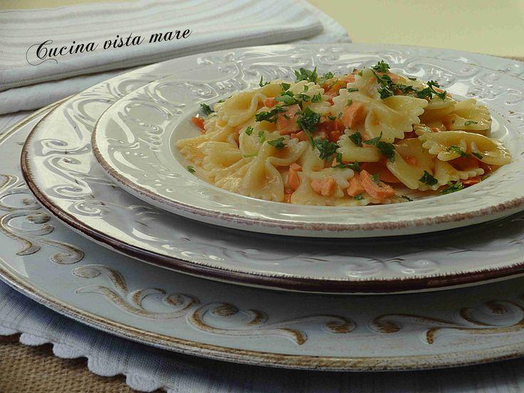 Le farfalle al salmone sono un piatto rapido da preparare una ricetta gustosa, saporita che si realizza velocemente durante il tempo di cottura della pasta.