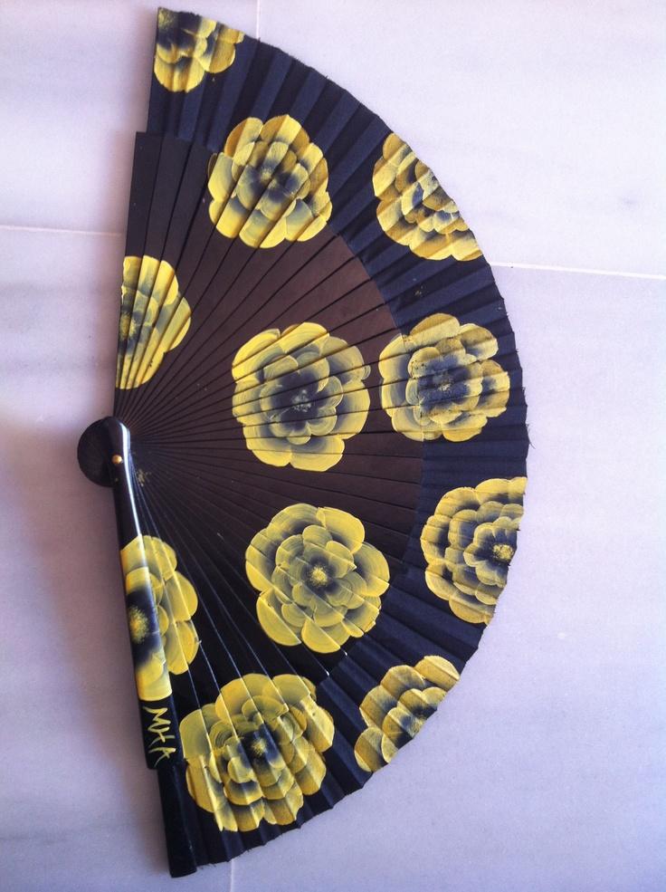 Abanico pintado a mano. One stroke. Black and yellow