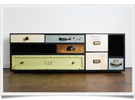 Des tiroirs provenant de différents meubles deviennent des meubles design (source : méchant design)