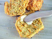 Gulerodsboller lavet på havregrød. Ingredienser: 2 dl. grovvalsede havregryn, 4 dl. vand (kogt), 50 g smør, 3,5 dl. koldt vand, 50 g gær, 3 tsk. salt, 2 spsk. sukker, 400 g revet gulerod, ca. 900-1000 g hvedemel, ½ ps. cheddar ost (lille pose) – kan undlades..