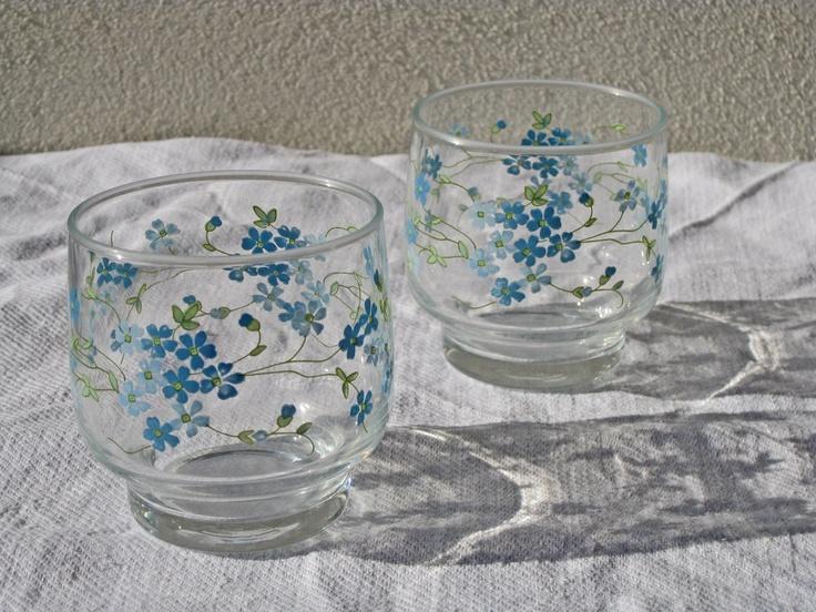 Questi bicchieri ce li avevano mia madre e tutte le mie nonne. Alcuni girano ancora per casa. Erano un must! A me quel giro di fiorellini azzurri piaceva molto ^^
