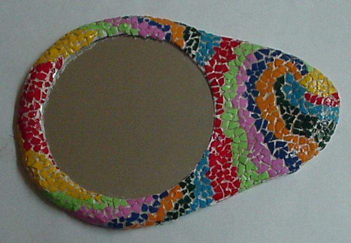 Spiegel gemaakt van eierschaal mozaïek. Eerst de spiegel beplakken met eierschaalstukjes en andien ze verven.