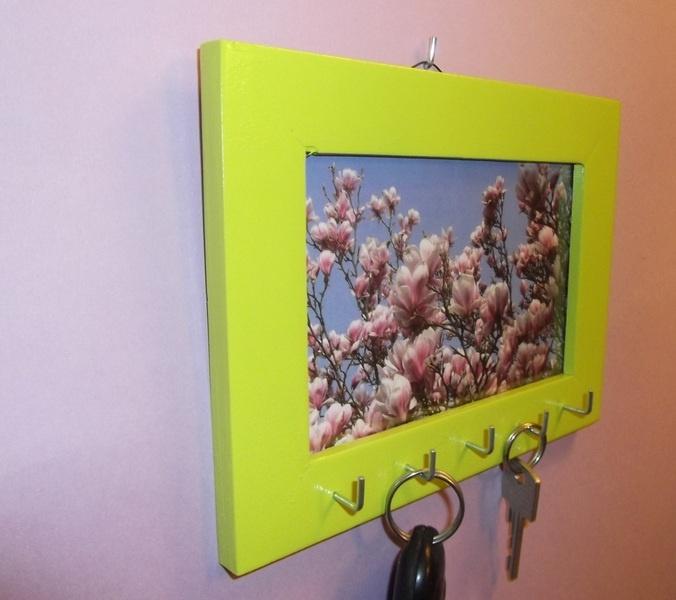 Schönes Schmuckbrett oder Schlüsselbrett in Lime / Limone.    Je nach Lust und Laune kann man das Foto im Rahmen ändern.    Auf Wunsch auch als Memobo