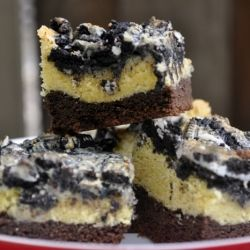 1 layer chocolate cake, 1 layer vanilla cake, topped with crushed Oreo's and condensed milk for a cakey, sweet, decadent, gooey bar.: Layered Oreo, Chocolate Cake Mixes, Yellow Cake, Moist Chocolate Cakes, Food, Cupcakes Cake Sweets, Cake Bars, Oreo Cake