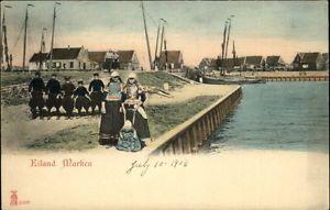 Marken haven meisjes met een jongetje aan een tuigje