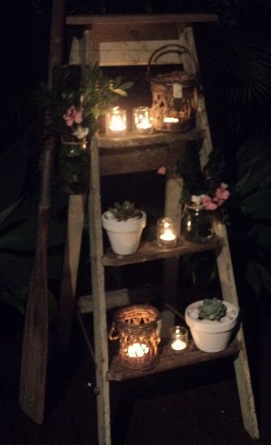 Een oude ladder kan perfect dienen als decoratie van planten en kaarsen in uw tuin of op uw balkon.