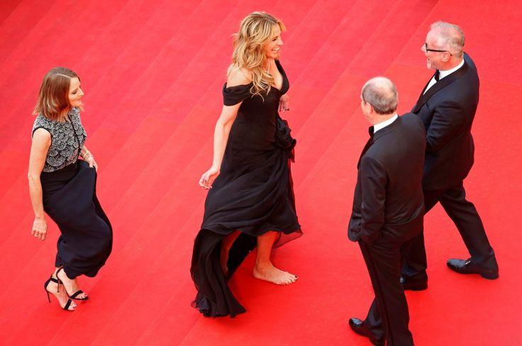Julia Roberts fue una de las estrellas del festival de Cannes de 2016, donde acudía a presentar la película 'Money Monster', dirigida por Jodie Foster y en la que compartía protagonismo con su amigo George Clooney. Pero más que por su interpretación, la intérprete ocupó titulares por rebelarse contra el protocolo y quitarse los tacones en la alfombra roja de la cita cinematográfica francesa.