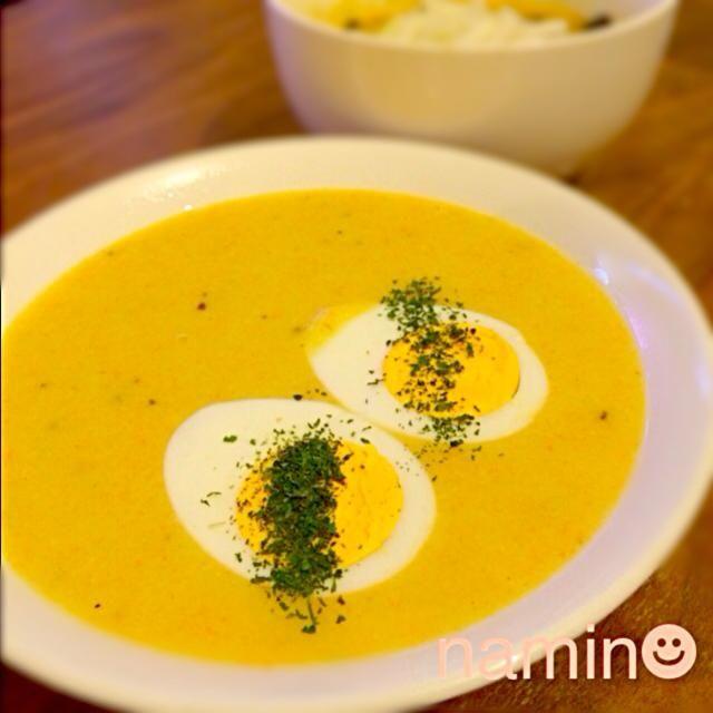 冷蔵庫の余り物お野菜と自家製の鶏白湯ペーストでポタージュをつくりました☻ ハンドブレンダー大活躍♪  おまけでゆで卵onすれば、結構お腹にも満足な一品です(^^)  ふたりとも帰りが遅いので、消化にもよく野菜をたくさんとれるポタージュには大助かりです(>_<) いつも多めに作って翌日のスープお弁当にも^_^ - 68件のもぐもぐ - 鶏白湯ペーストといろいろお野菜のポタージュ by namin7575