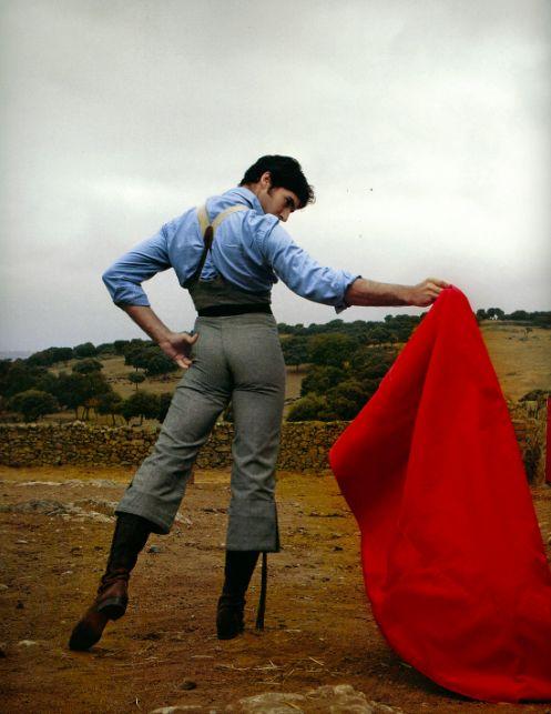 Juan cortez es el mejor matador en españa. todo el españa le gusta el. las personas pensaban juan es muy guapo.