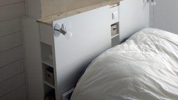 Lors de la rénovation de notre chambre, nous avons eu besoin de refaire tout le circuit électrique (création de prises électriques supplémentaires, installation de liseuses et d'un va-et-vient pour éteindre la lumière sans avoir à se relever). Nous avons décidé de dissimuler les câbles dans une tête de lit réalisée par nos soins ! Produits IKEA nécessaires : Plateau IKEALINNMON blanc x2 Range CDIKEAGNEDBY x2  Après avoir coupé les deux range-CD à une hauteur de 1,20m, nous les avons fixé…