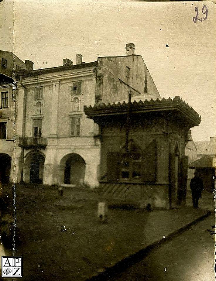 1925 , Kiosk na Rynku Wielkim przy wylocie ul. Grodzkiej w kierunku ul. Akademickiej. Za kioskiem po lewej Kamienica Linkowska obecnie numer 5. Obok niej, po prawej, pusty plac na którym zostanie odtworzona kamienica Dymitra Greka zwana też Domem Pańskim - obecnie numer 5A.Rynek Wielki (Pl. Mickiewicza, Rathausplatz),