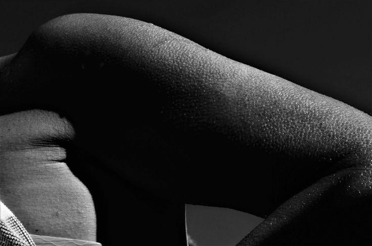 Το δέρμα έχει δική του πνοή. Μιλάει, αναπνέει, επικοινωνεί συναίσθημα , ακόμα και εκείνο το συναίσθημα που η γλώσσα προσπαθεί να κρύψει. Αν θες να γνωρίσεις πραγματικά κάποιον, ξεκίνα να παρατηρείς το δέρμα του. Είναι όλη η ιστορία της ζωής του σε περίληψη.