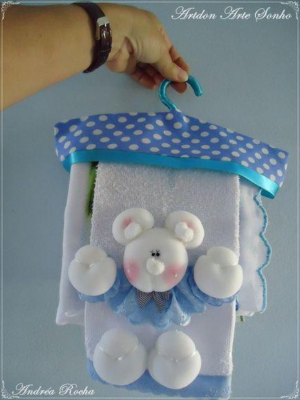 Kit com 4 fraldas de luxo+toalha babete+cabide decorativo.  Esse kit é ideal para mamães que querem o melhor com qualidade e beleza para seu bebê.  Esse tema é para meninos mas temos para meninas,entre em contato conosco para a escolha dos temas para meninas.    Todas as fraldas medem  largura:0,70 cm  altura:0,70 cm    Toalha babete  comprimento:0,44 cm  largura:0,29 cm    Criação e execução: Andréa Rocha. R$ 214,16