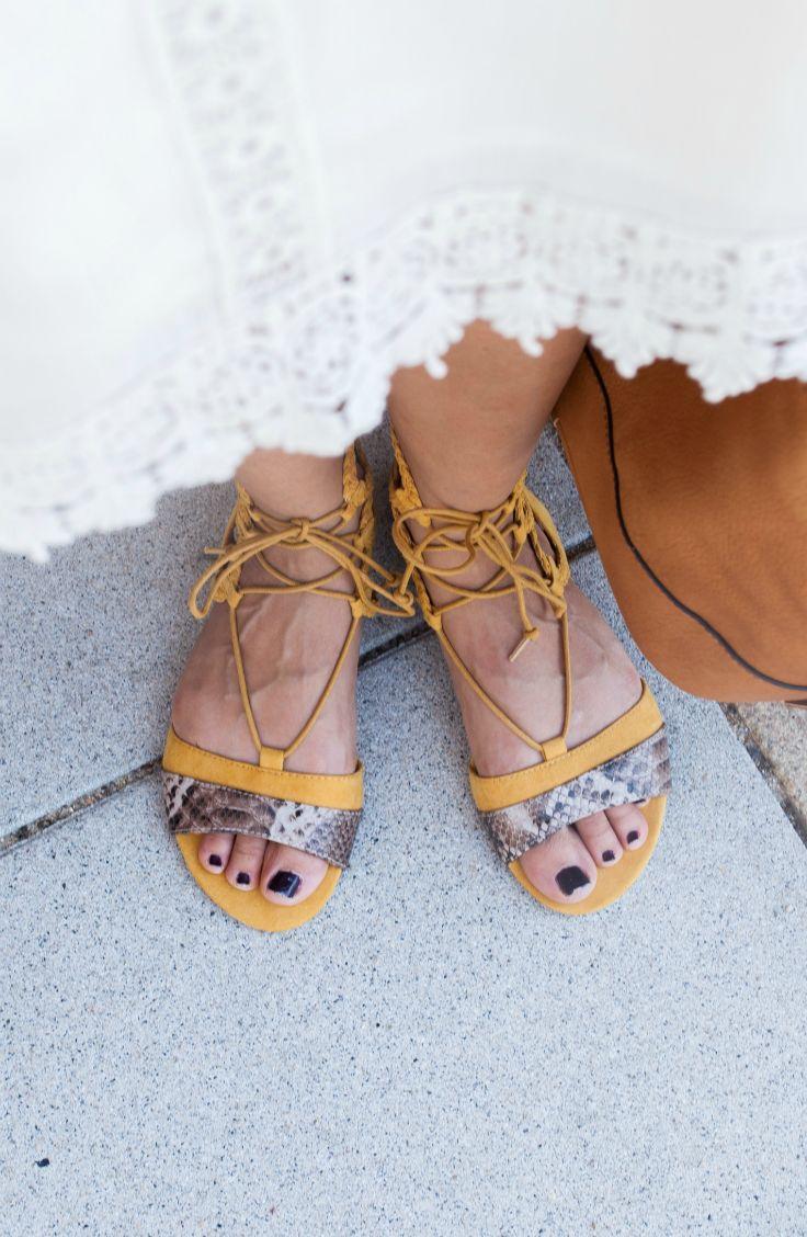 Diese Sandalen in senf-gelb machen jedes schlichte, weiße Kleid zum Hingucker!