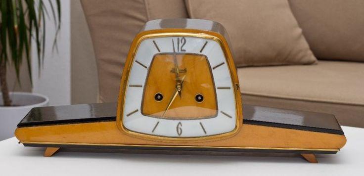 Hier kaufen Sie eine Standuhr der Firma Hermle.Sie ist voll funktionstüchtig. Die Uhr schlägt bei jeder vollen Stunde die Uhrzeit und bei der halben einen Schlag. Der Gong kann durch einen Hebel abgeschaltet werden.Die Maße betragen 48/20/13cm (b/h/t). Der Schlüssel zum Aufziehen der Uhr ist vorhanden.HinweisEs handelt sich hier um eine antike Uhr, deshalb ist diese etwas anfällig auf ständiges herumtragen. Die Uhr muss sich vor dem Gebrauch erst der Raumtemperatur anpassen (ca. 24h). Die…