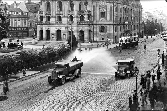 Čistenie košických ulíc v čase, keď po Hlavnej ešte jazdili električky.