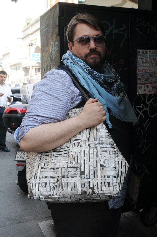 Incontrarlo durante le sfilate è sempre un piacere, Stefano Guerrini, famoso per le pillole quotidiane pubblicate nel suo blog di GQ, ci ha concesso una piccola intervista. Ognuno di noi ha qualche scheletro nell'armadio...figuriamoci poi se si tratta di un personaggio che si occupa di moda...e andiamo a meta! Ciao Stefano, innanzitutto grazie per il tuo tempo, cominciamo...Me ON CREM BLOG! Pic by Sam Cosmai!