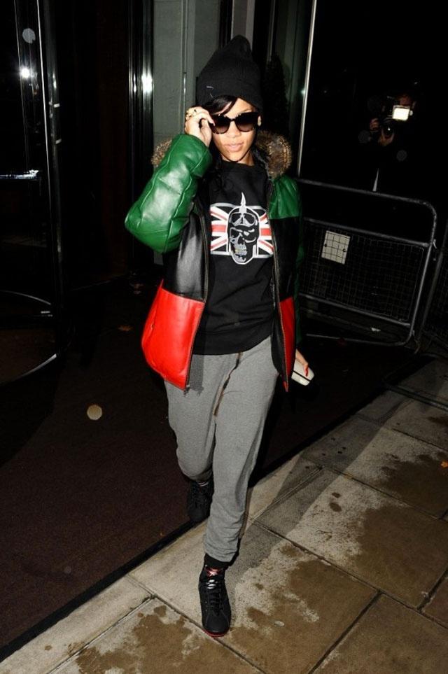 Rihanna wearing Air Jordan VII « Raptors » | con rosas en ...