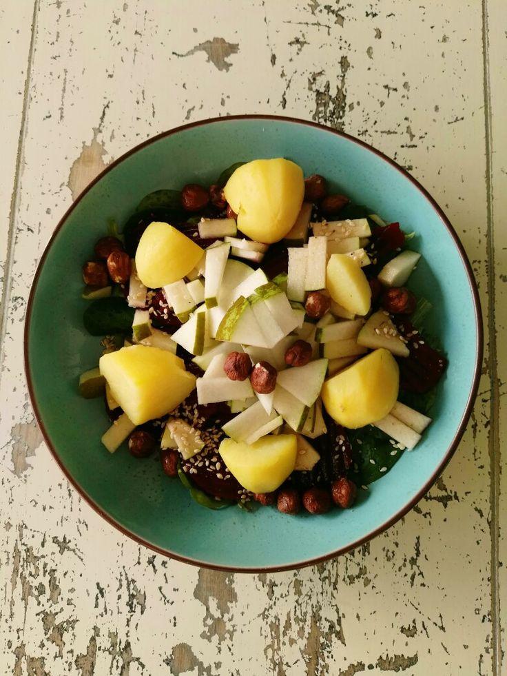 Vegan salade; koude gekookte aardappel, schijfjes rode biet, hazelnoten, 1/2 peer in kleine stukjes, veldsla, sesamzaadjes en wat balsamico azijn.