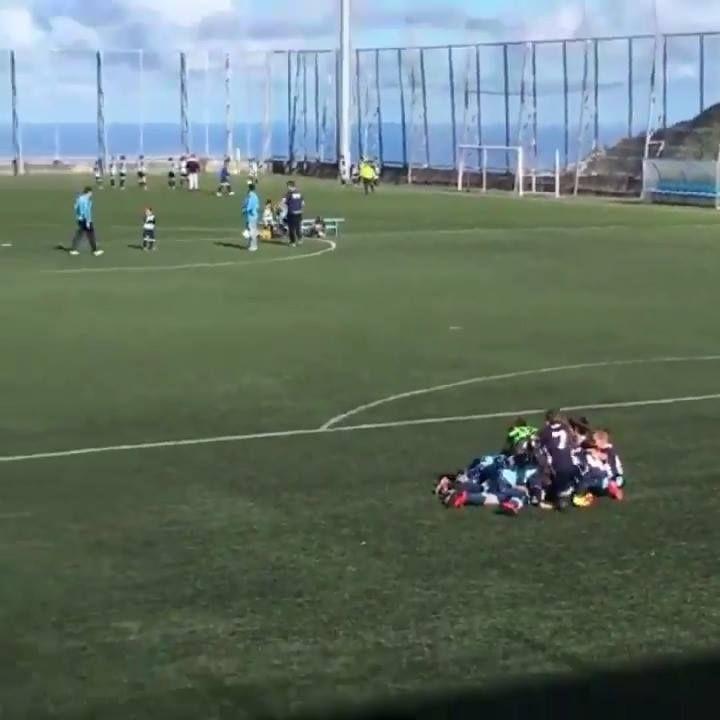 ¡BENDITO FÚTBOL, BENDITA INOCENCIA! Anotan un gol y lo celebran los dos equipos...