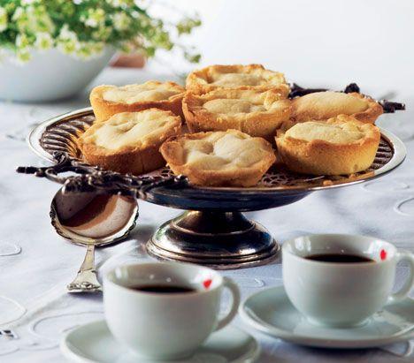 En linse er en sprød tørkage med creme. Vi har kendt den herhjemme i mere end 100 år, og linsen har været fast deltager på finere kaffeborde. Her får du Hanne Blochs gode, velafprøvede opskrift.