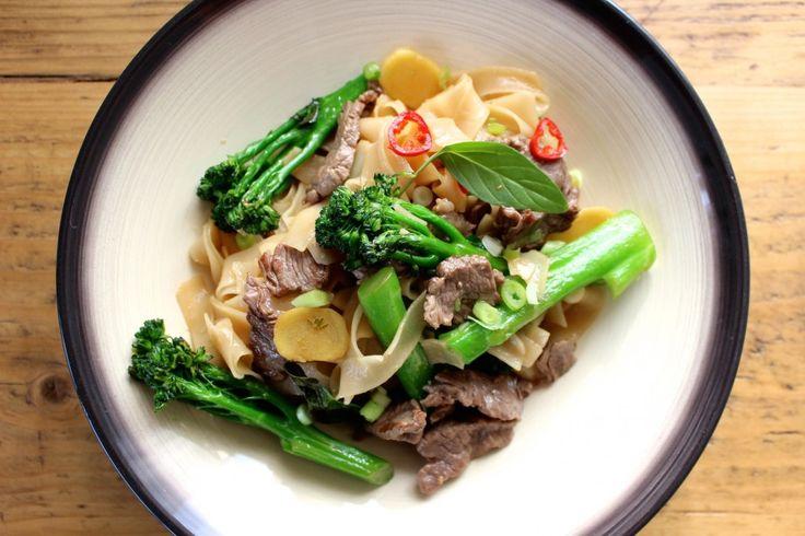 Tajski makaron z wołowiną i brokułami