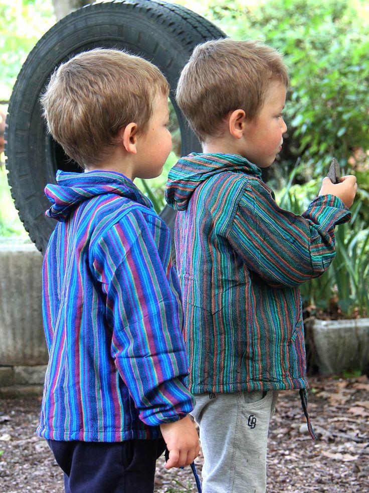 Camicia colorata a maniche lunghe con cappuccio DAKOTA #Allegra #camicia a maniche lunghe per i #bambini, con #cappuccio e #tasche. Lavorata a mano in puro #cotone. Ideale per la #primavera e l' #estate, può essere indossata anche nelle giornate più miti dell' #autunno. #moda #bimbi www.lamamita.it