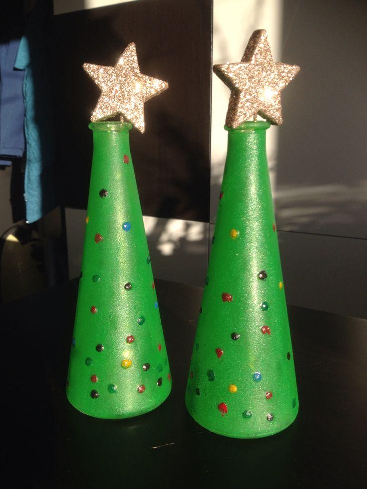 Juletræer lavet af glasvaser fra IKEA og malet med glasmaling