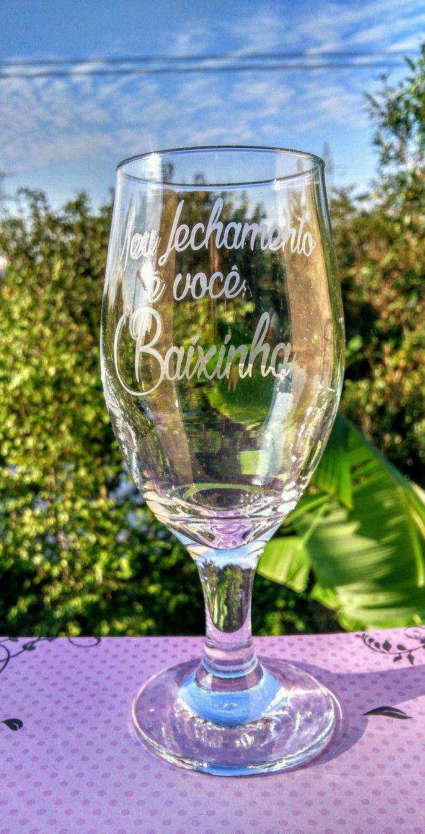 Taça de vidro para cerveja ou Chopp modelo tulipa personalizado com efeito fosqueado.    Ótima opção de presente de casamento, noivado, chá bar, aniversário e o que for de sua necessidade.    Após a confirmação da compra envie mensagem com o tema para a personalização.    Copo da foto tem capacid...