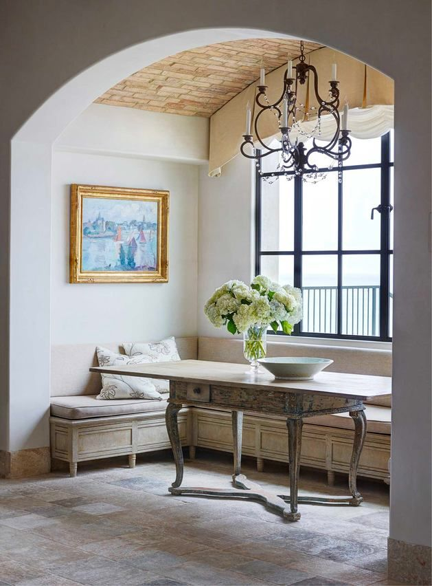 Балкон, веранда, патио в цветах: серый, светло-серый, белый, бежевый.