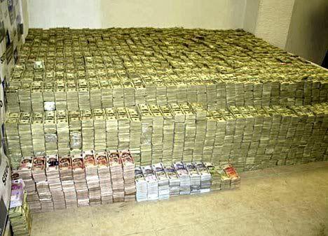 Montañas de dinero en la casa de un narco mexicano.