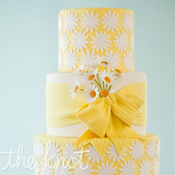 Yellow Wedding Cakes – A Wedding With a Touch of the Sun!