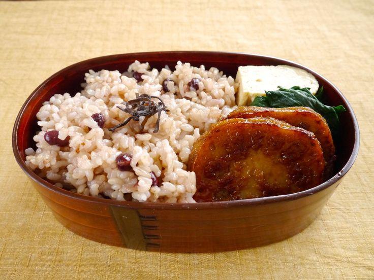小豆玄米御飯(240、塩昆布)、蓮根ステーキ、茹でほうれん草(土佐酢別添)、だし巻き玉子