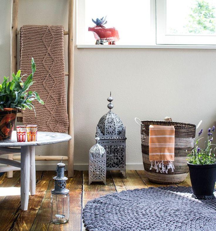 Eclectisch wonen; Marokkaans dienblad, gehaakt vloerkleed, Oosterse lantaarns en Afrikaanse wasmand