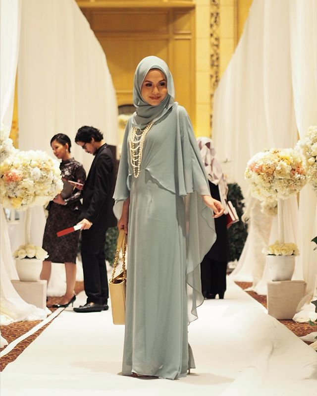 All dressed up in pearls and drapes. #tb Dress: @sufyaa_sg Scarf : @sufyaa_sg Necklace : @lovisajewellery Makeup : @makeupbyumminasir #theweddingkl2016 #fuzanamokhtaza