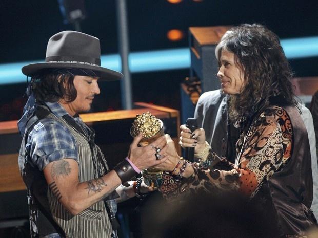 Johnny Depp recebe prêmio das mãos do vocalista do Aerosmith Steven Tyler no MTV Movie Awards