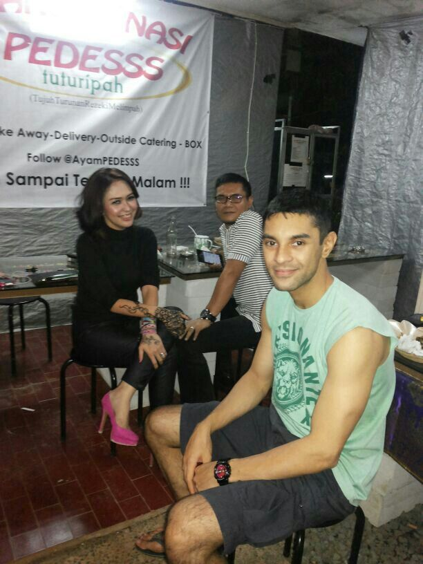 Didi Riyadi (drummer 'Element Band' ,actor, model) dan Miranti Dewi ( penyanyi dangdut dan penulis buku) having dinner in Warung Nasi PEDESSS Tuturipah, Jl. Arteri Pd. Indah Komplek Kodam P17 (samping BRI) Jakarta Selatan