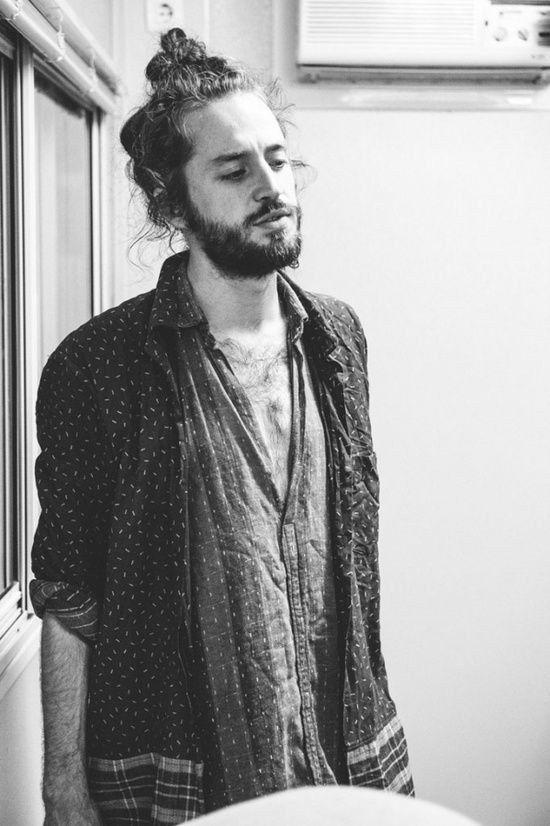 Con aires de artista, él tiene mucho más que enseñarte: | 29 Hombres que son la prueba definitiva de que barba + moñito en el pelo = amor