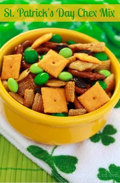 Super easy St. Patrick's Day Chex Mix Recipe! #easyrecipes