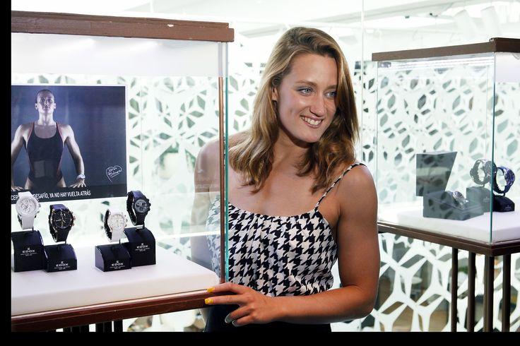 Mireia Belmonte junto a los relojes EDOX Class-1, ideados especialmente para los deportes acuáticos