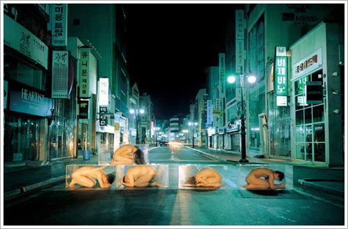 김아타/the museum project. 남포동 거리에 남녀가 나체로 유리박스 속에 있다. 거리에서나 어디에서나 서로가 서로에게 박물관의 작품들처럼 되고 싶어하지만 정작 자신의 순수한 모습은 숨기려고 한다. 그 것이 가장 아름다운줄 모르고.