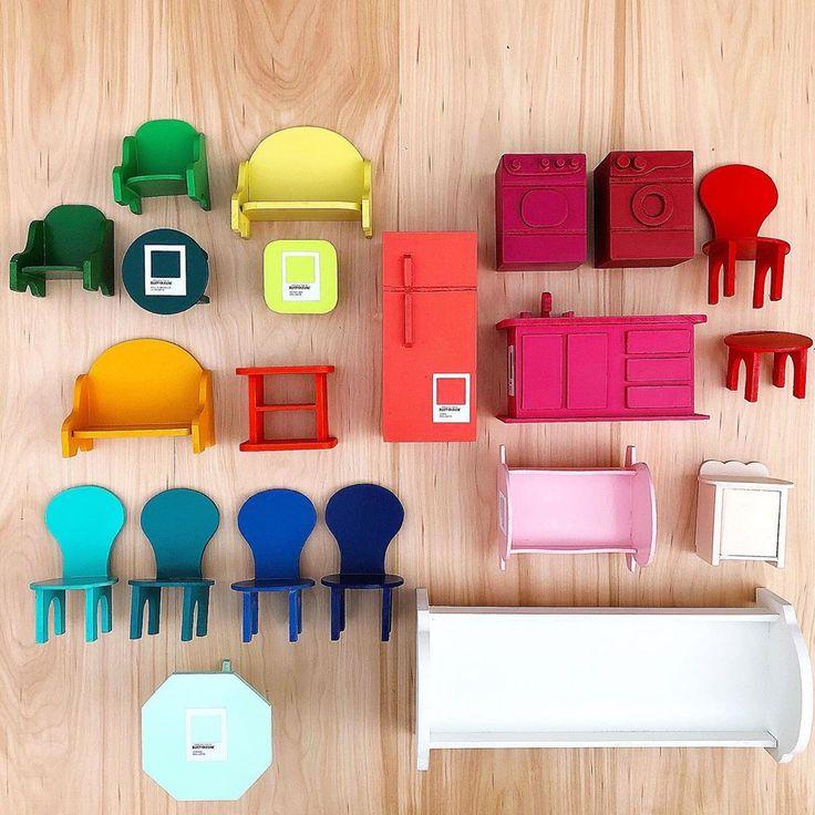 Cada uno de estos muebles representa un color de las nuevas pinturas de Rustoleum. Nada más lindo que armar todo en versión arcoíris! Blog, Toy House, Miniature Furniture, Arts And Crafts, Miniatures, Tutorials, Toys, Blue Prints, Colors