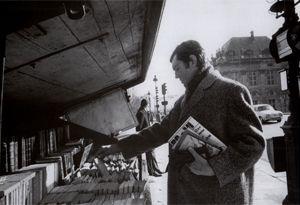 Julio Cortázar, comprando libros en los 'bouquinistes' de París (1967). Foto: Pierre Boulet (cortesía de Fundación Juan March). #Cortázar #Rayuela #novela