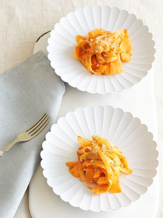 水に浸したチアシードはとろみがあるので調味料がよくからみ、ドレッシングのベースにもぴったり。クミンをたっぷり使うのがモロッコ風のサラダ。にんにくをしっかり効かせれば風味が際立って食欲もアップ。オードブルにぴったりなひと皿に。|『ELLE a table』はおしゃれで簡単なレシピが満載!