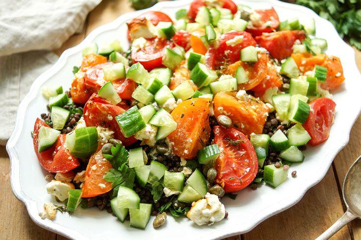 Direkt zum Rezept Linsensalat mit geröstetem Feta gehört zu den Salaten die ich mache, wenn ich nicht gerade im Kichererbsen- oder Getreidefieber bin. Auf jeden Fall bin ich ein Salatmensch. Mir sc…