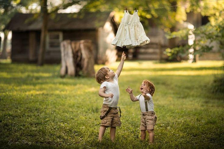 写真家Adrian Murray氏が、今年の夏休みに撮影した息子たちの様子。その驚くべきキュートさに、いま、世界中が魅了されています。切り取られたのは、2歳のEmerson君と1歳のGreyson君が、美しい自然の中でイキイキと生活する姿。なるほど、これは可愛すぎる!あまりにもキュートな兄弟の姿に悶絶!「Boredpanda」のこの記事によると、祖父母やいとこの家を訪れた一家は、時間を見つけ...