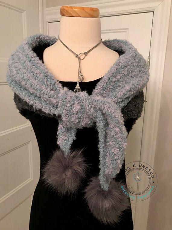 Châle / Chéche au look très actuel,gris et bleu avec pompons fourrure en déco, laine bouclée par EmmaHDesign