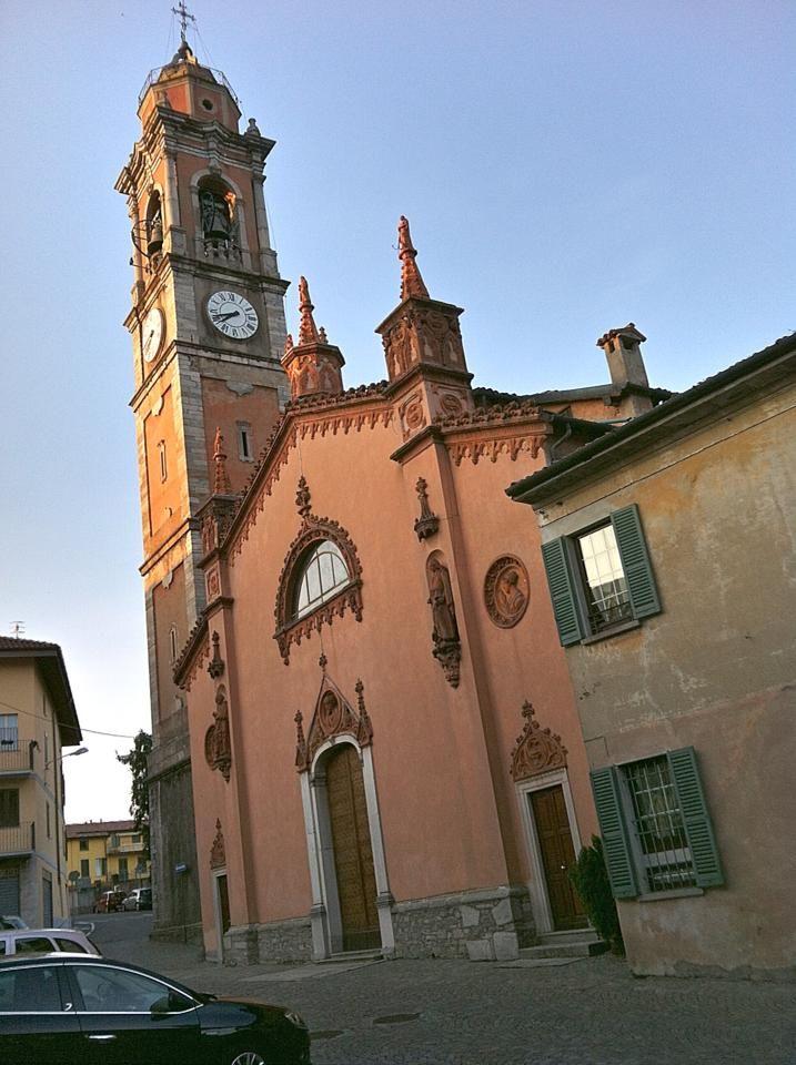 Facciata serale della Chiesa prepositurale della Natività di Maria Vergine (Azzate, Va). Costruzione di origine duecentesca (consacrata nel 1545), nel 1853 sono state riedificate in stile neogotico la facciata e le navate laterali