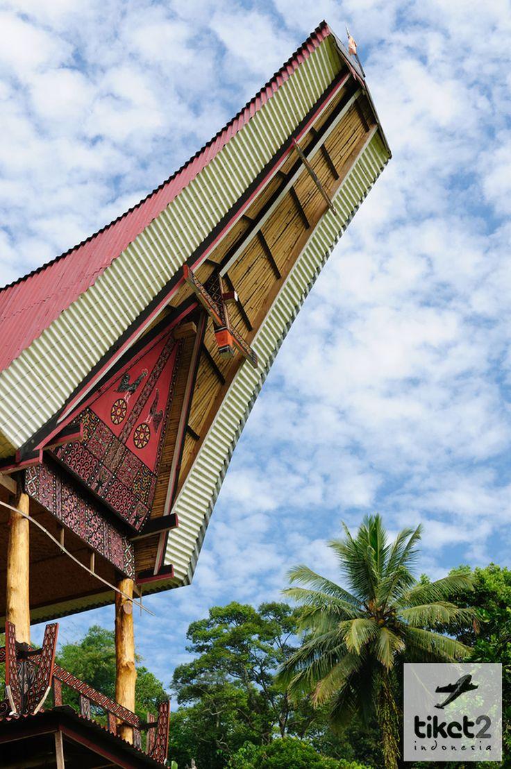 Rata-rata rumah orang Toraja menghadap ke arah utara, menghadap ke arah Puang Matua sebutan bagi orang Toraja kepada Tuhan YME dan untuk menghormati leluhur mereka dan dipercaya akan mendapatkan keberkahan di dunia :)  http://muchammadekodarwanto.blogspot.com/2012/11/rumah-adat-toraja-tongkonan.html