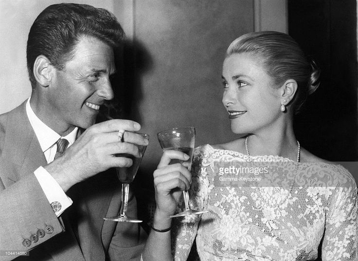 The French actor Jean-Pierre AUMONT clinking glasses with the American Grace KELLY on May 13, 1955.